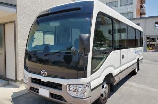 バス(大型1台・マイクロバス4台)